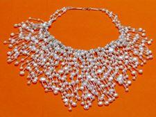 """Afbeelding van """"Cascade van parels"""" bib ketting van witte zoetwaterparels en zilver"""