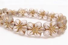 Image de 14x13 mm, perles de verre tchèque pressé, fleur de cerisier, blanc floral, mat, patine dorée à l'ancienne