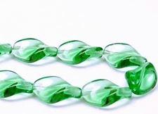Image de 19x13 mm, perles de verre pressé tchèque, feuille torsadée, vert émeraude, transparent, 12 pièces