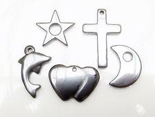 Image de 5 breloques-pendentifs différents, 12x20-12x35 mm, pierre gemme, hématite, set A = lune et étoile