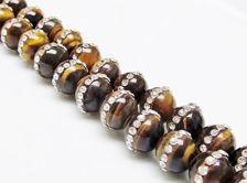 Image de 10x10 mm, perles rondes, pierres gemmes, oeil-de-tigre pavé d'une rangée de cristaux, naturel, 3 perles